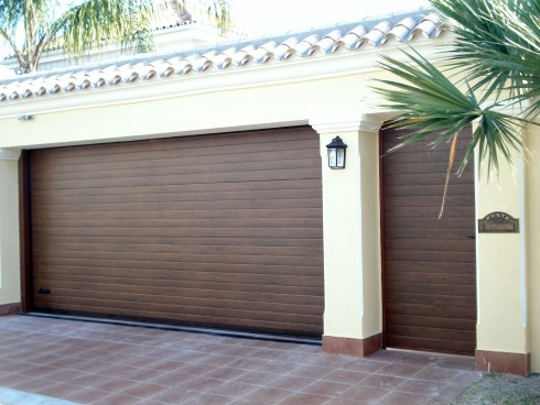 Garage door tecnoupvc for Casa con grande garage